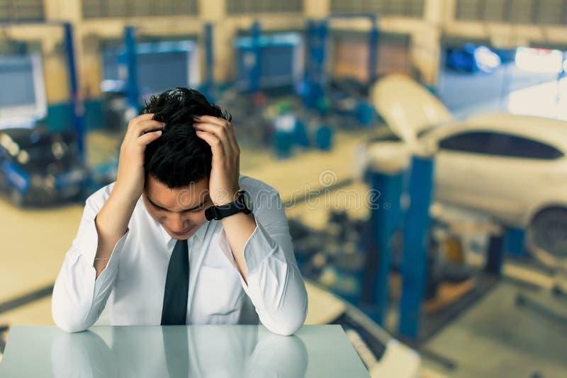 Het Aziatische zakenman droevige zitting of Straat van de bedrijfsmensenzitting stoel Uitdrukkelijke gevoel op ruimtemuur vertroe stock afbeelding