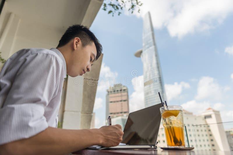 Het Aziatische zakenman openlucht werken het bureau royalty-vrije stock foto