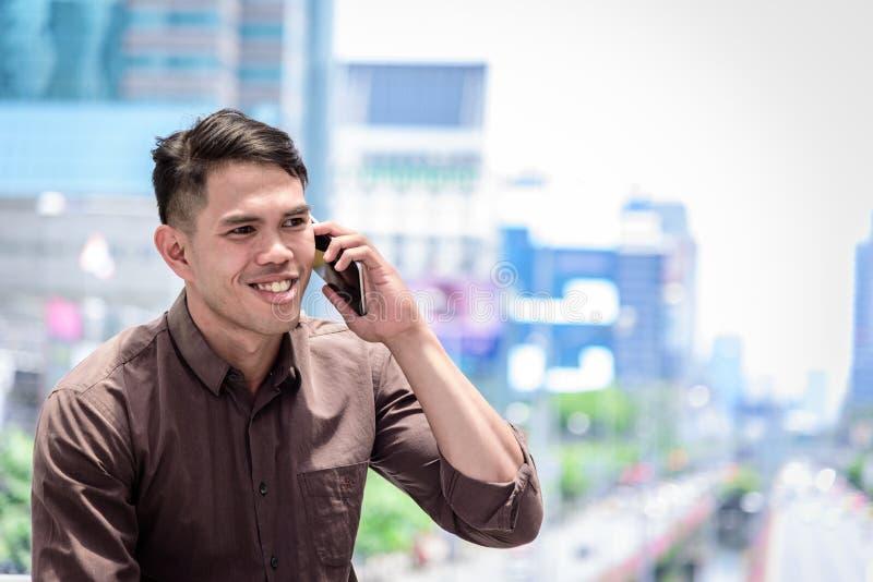 Het Aziatische zakenman werken en verrichting in buitenbureauwi royalty-vrije stock foto