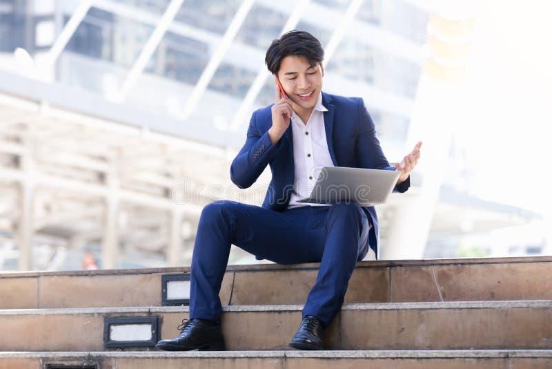 Het Aziatische zakenmanwerk royalty-vrije stock afbeeldingen