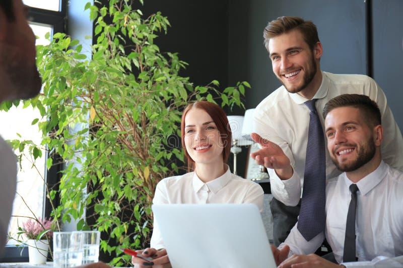 Het baangesprek met de werkgever, zakenman luistert aan kandidaatantwoorden stock fotografie