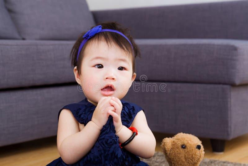 Het babymeisje bidt stock fotografie