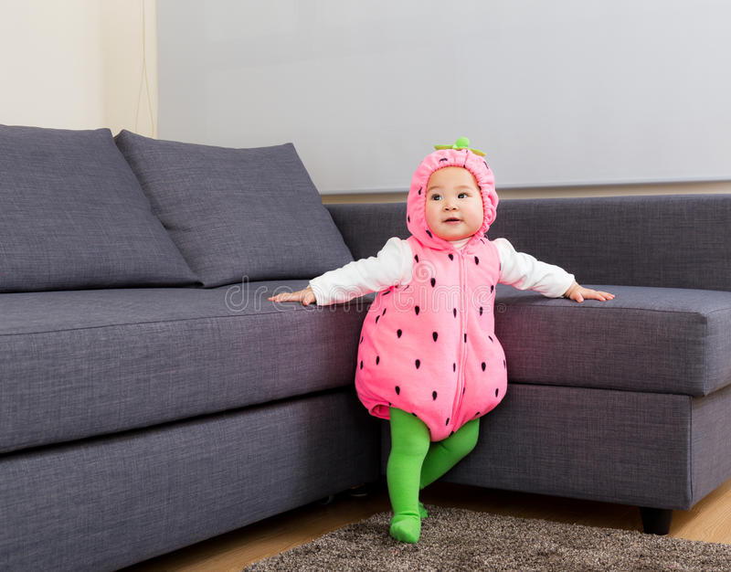 Het babymeisje kleedde zich in Halloween-partijkostuum royalty-vrije stock foto