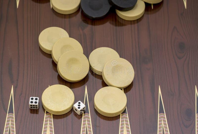 Het backgammonspel met twee dobbelt, met ruimte voor tekst of beeld royalty-vrije stock afbeelding