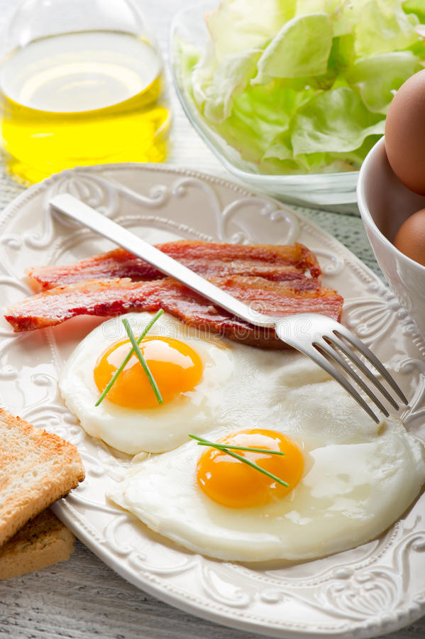 Het bacon van eieren en geroosterd brood stock foto's