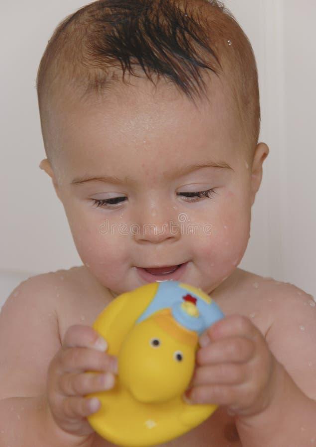 Het baden van de baby stock foto's