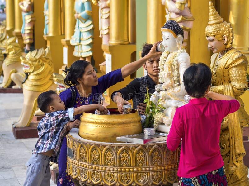 Het baden van het Standbeeld van Boedha bij Shwedagon-Pagode in Yangon, Myanmar royalty-vrije stock foto's