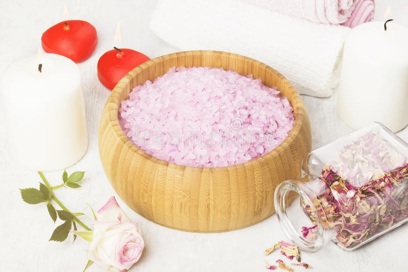 Het badzout met aroma van nam in een houten kom, bloemblaadjes toe stock foto