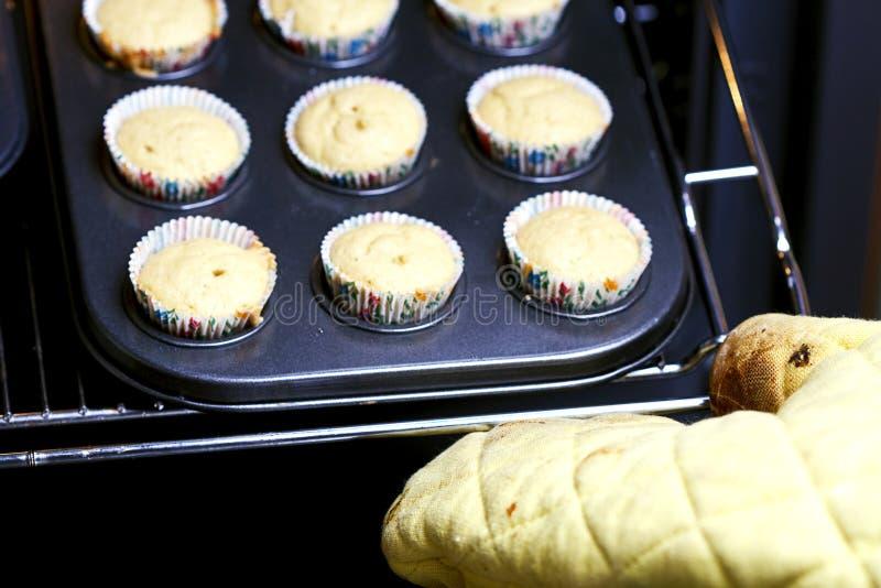 Het bakken cupcakes stock foto