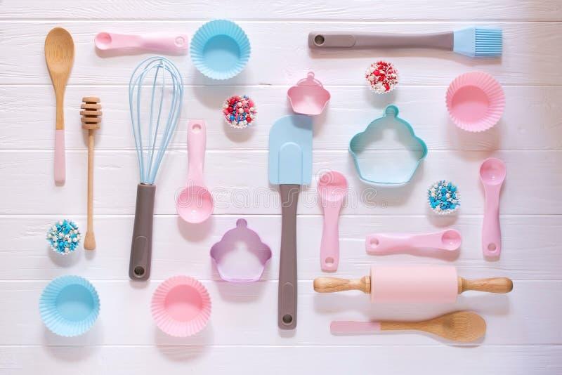 Het bakken en het koken concept Het patroon van koekjessnijders wordt gemaakt, zwaait, bakken de de rolspeld en keuken hulpmiddel royalty-vrije stock foto