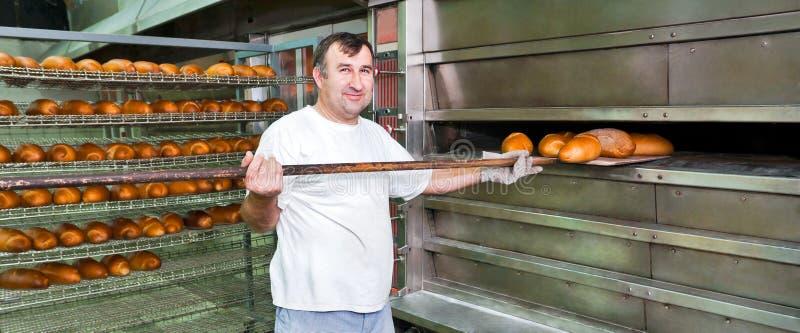Het bakken van een brood royalty-vrije stock fotografie