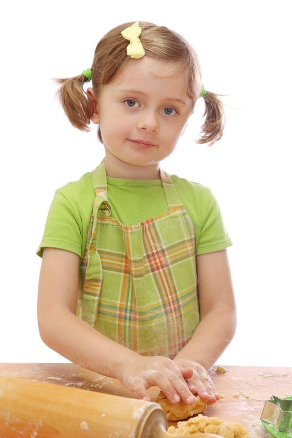 Het bakselcakes van het meisje stock afbeelding