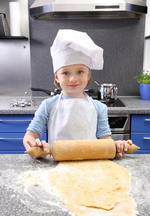Het bakselcakes van het meisje stock afbeeldingen