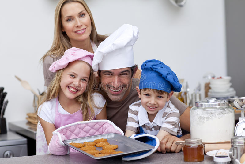 Het bakselkoekjes van de familie in de keuken royalty-vrije stock fotografie