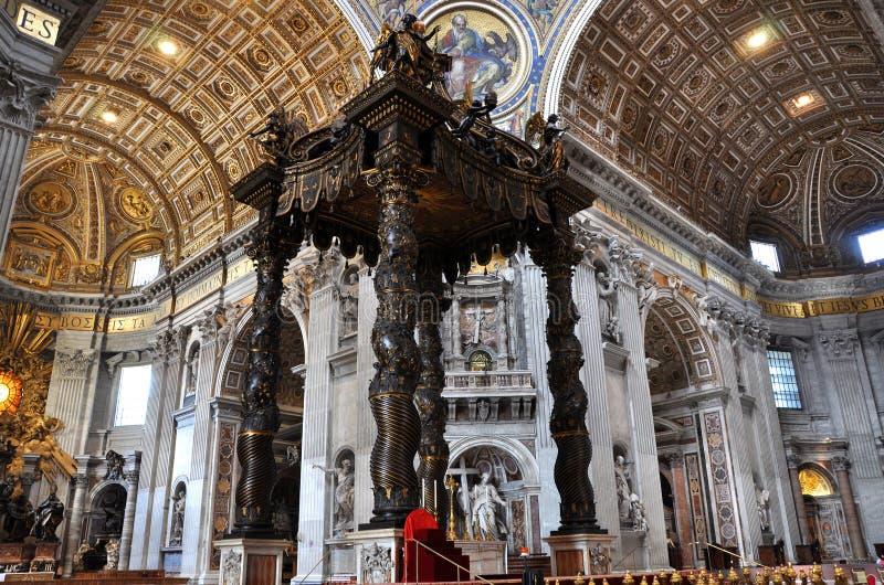 Het baldakijnaltaar door Bernini in de Basiliek San Pietro wordt gemaakt die, royalty-vrije stock foto's
