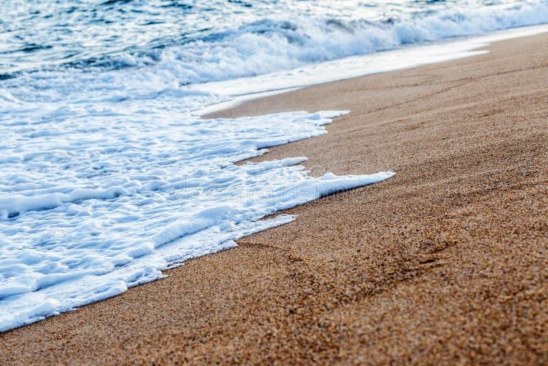Het Baleaarse overzees in Spanje Zachte golf van blauwe oceaan op zandig strand Achtergrond Selectieve nadruk Harmonie van de de  royalty-vrije stock foto's