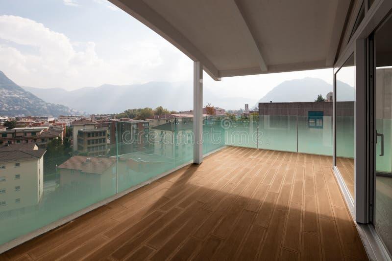 Het balkon van de luxeflat, zolder buitenkant stock foto