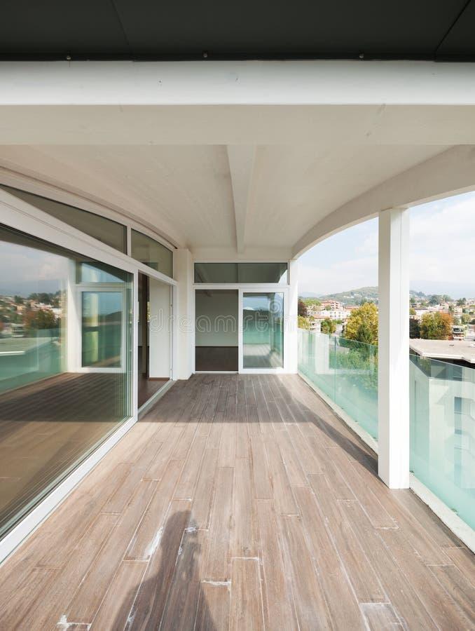Het balkon van de luxeflat, zolder buitenkant royalty-vrije stock fotografie