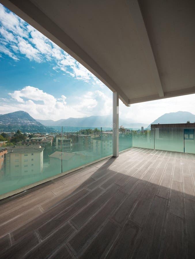 Het balkon van de luxeflat, zolder buitenkant royalty-vrije stock afbeelding