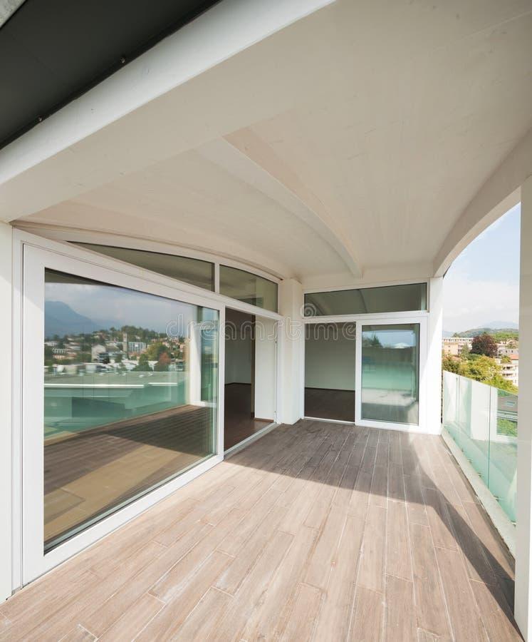 Het balkon van de luxeflat, zolder buitenkant stock afbeelding