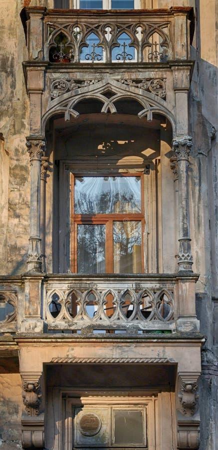 Het balkon van het oude huis stock afbeeldingen