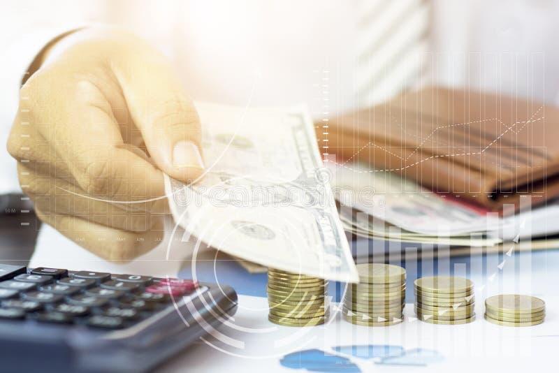 Het bankbiljet van de handholding met gestapeld van muntstukken en fiancegrafiek stock afbeelding