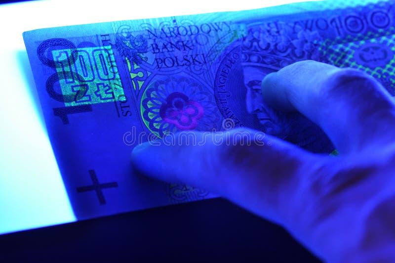 Het Bankbiljet Van Het 100 Plnpoetsmiddel In Ultraviolet Licht Royalty-vrije Stock Afbeeldingen