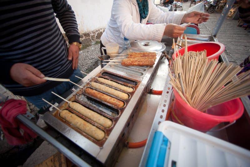 Het barbecuevoedsel verkoopt op de Oude stad van Lijiang Dayan. royalty-vrije stock foto's