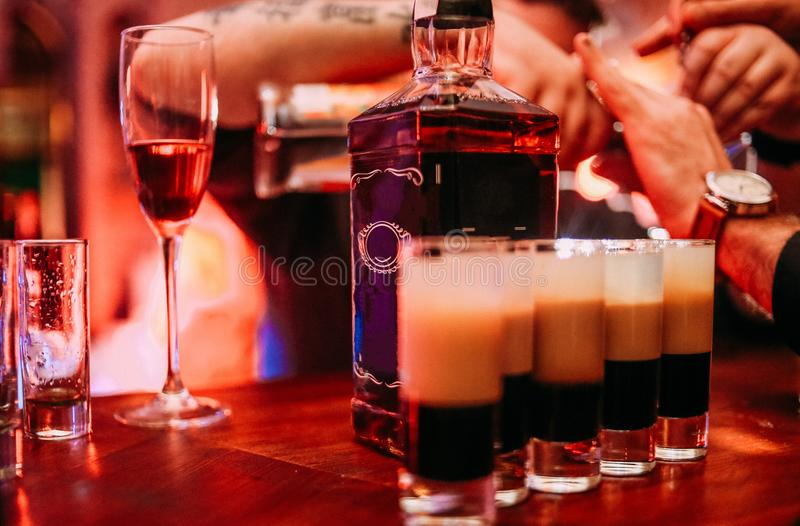 Het barmanwerk maakt cocktail en spreekt cliënt stock foto's