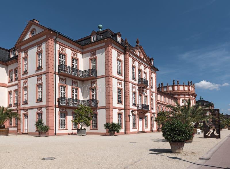 Het barokke paleis op de banken van de Rijn-rivier Wiesbaden biebrich Duitsland royalty-vrije stock foto's