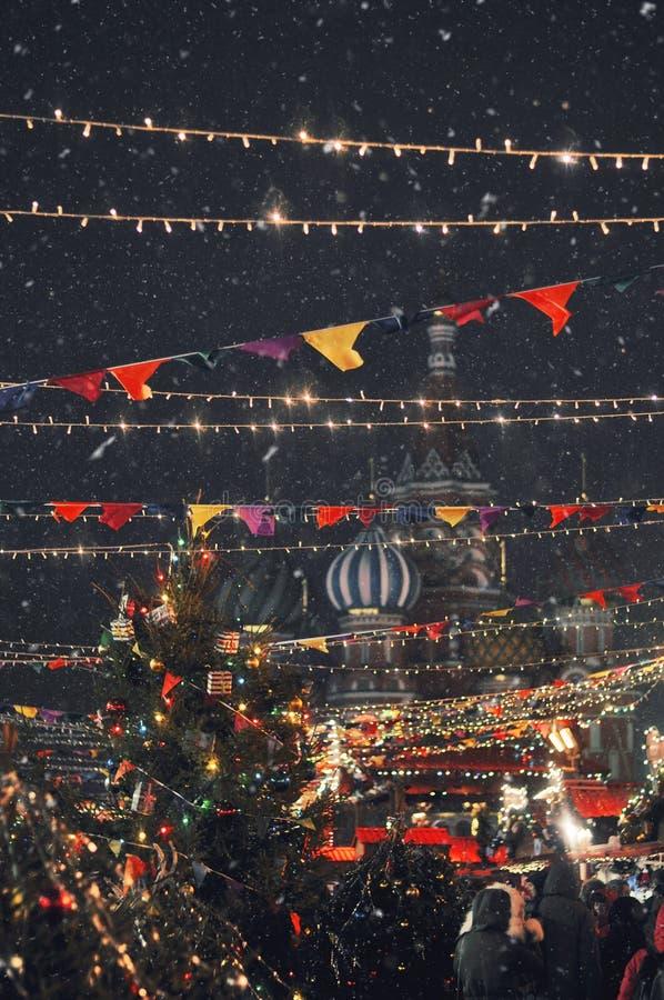 Het Basilicum` s kathedraal van heilige in het rode vierkant Pret-eerlijke Kerstmis stock foto's
