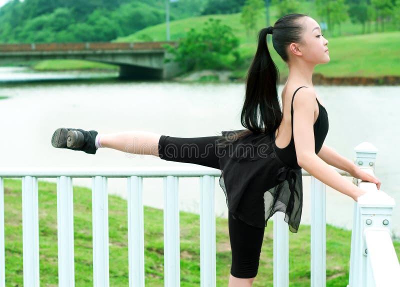 Het basispraktijk dansende meisje royalty-vrije stock fotografie