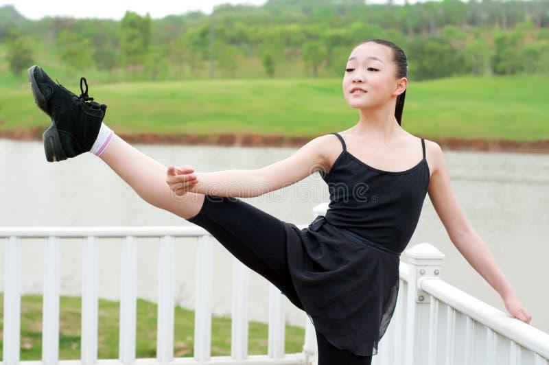Het basispraktijk dansende meisje stock afbeeldingen