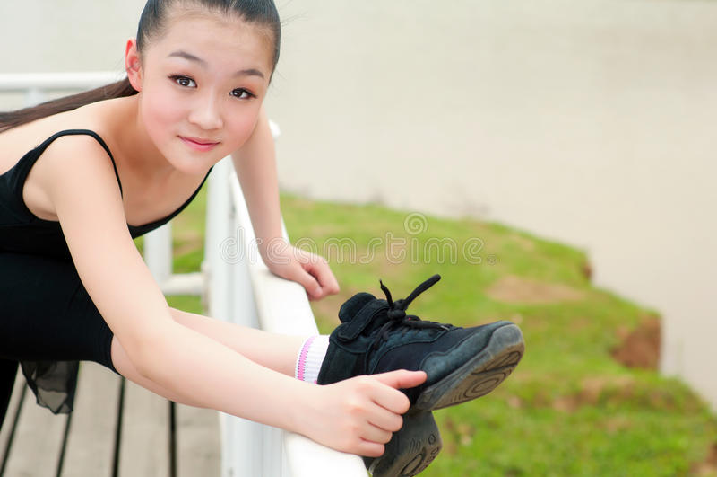 Het basispraktijk dansende meisje stock afbeelding