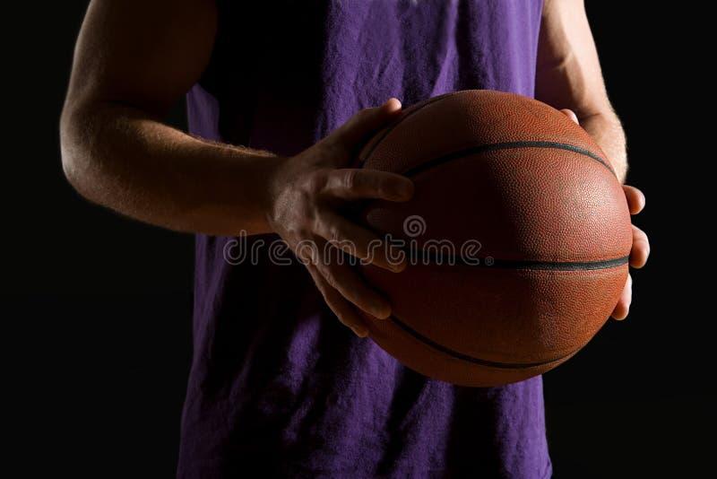 Het Basketbal van de Holding van de mens stock afbeeldingen