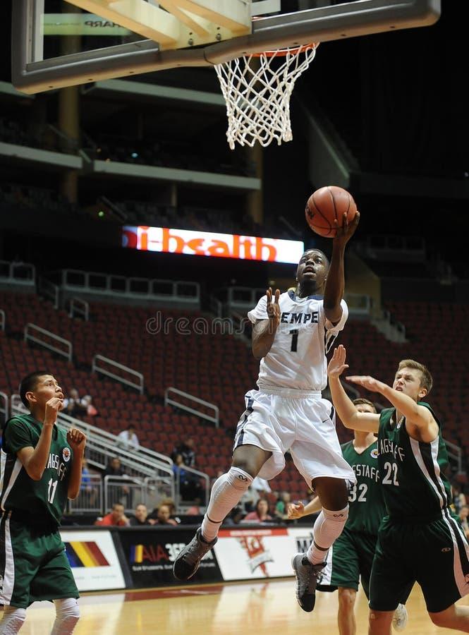 Het Basketbal van de jongensmiddelbare school stock afbeeldingen