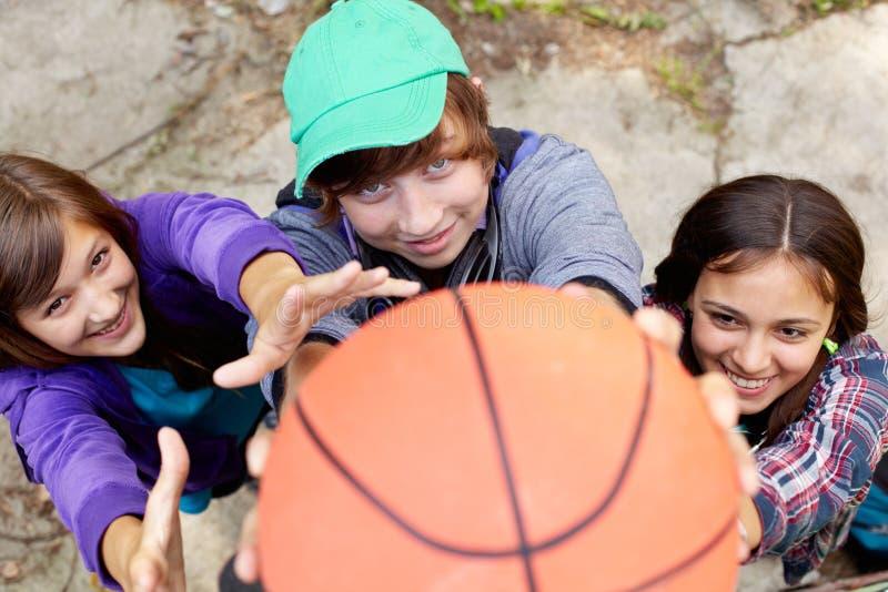 Het basketbal van de straat stock afbeeldingen