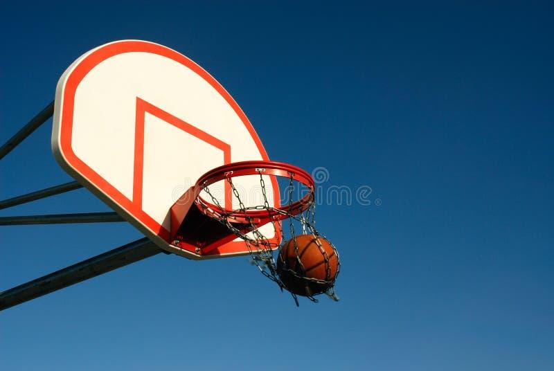 Het Basketbal van het schoolplein stock afbeelding