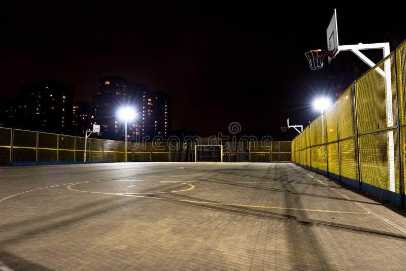 Het basketbalhof van de sport bij nacht