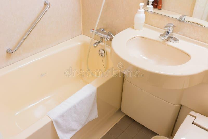 Het bassin en de badkuip van de luxewas in een badkamers, een modern binnenland stock afbeeldingen