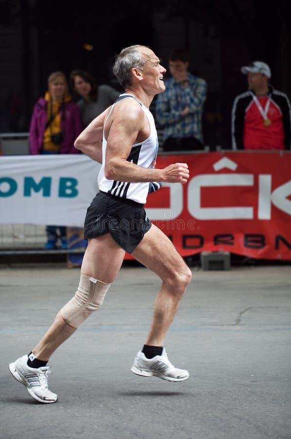 Het beëindigen van de oudere Marathon van mensenPraag stock foto