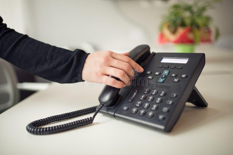 Het beantwoorden van telefoongesprek Telefoon het bellen Goed of slecht nieuws Zakenman het tonen beduimelt neer De hulpcentrum v stock fotografie