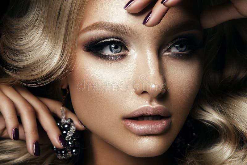 Het Beautyfulmeisje met helder maakt omhoog royalty-vrije stock afbeelding