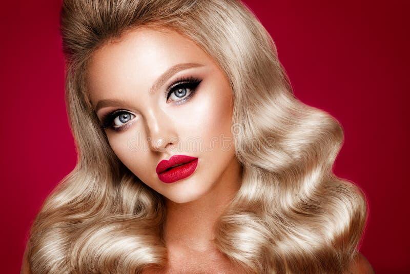 Het Beautyfulmeisje met helder maakt omhoog royalty-vrije stock foto's