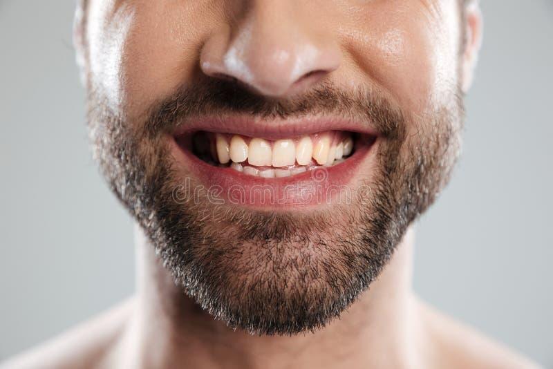 Het bebouwde beeld van het lachen bemant gezicht stock foto