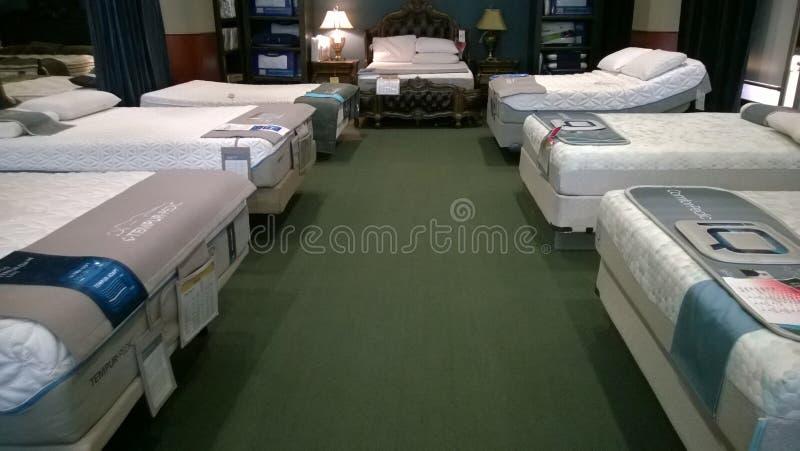 Het bed en de matras het verkopen van Nice bij opslag royalty-vrije stock afbeeldingen