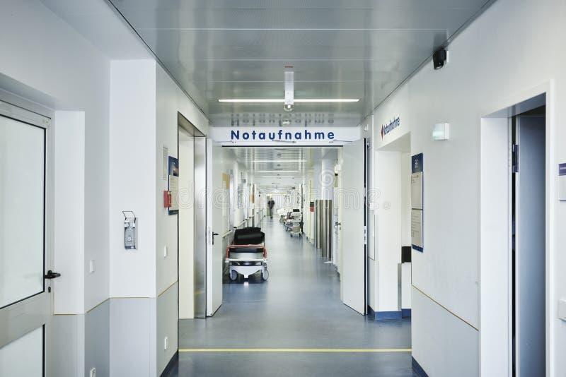 Het bed van het de ingangsziekenhuis van de noodsituatietoelating niemand stock foto's