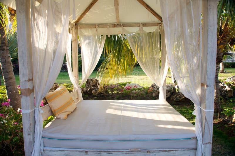 Het bed van de luifel in tropische toevlucht royalty-vrije stock foto