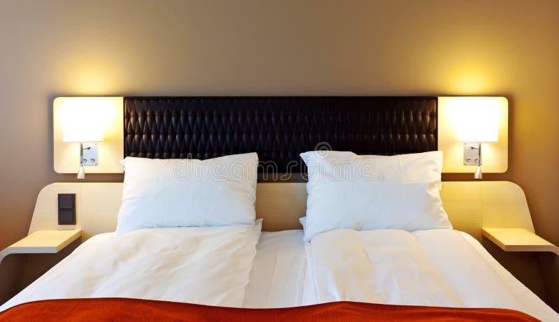 Het bed van de slaapkamer royalty-vrije stock afbeelding
