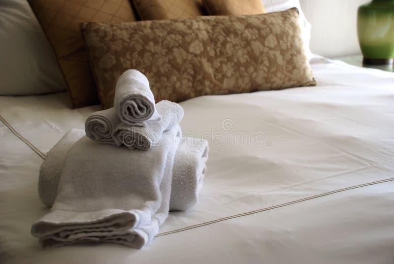 Het Bed van de Zaal van het Hotel van de luxe met Handdoeken stock foto's